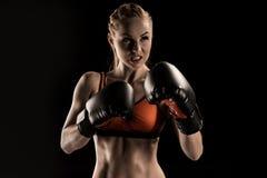 Zakończenie widok agresywny młody sportsmenka boks w bokserskich rękawiczkach Fotografia Royalty Free