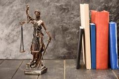 Zakończenie widok antykwarska statua dam książki i sprawiedliwość Obraz Royalty Free