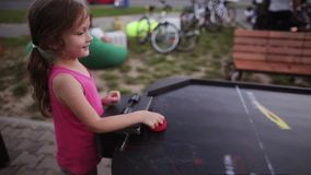 Zakończenie widok bawić się lotniczego hokeja szczęśliwa mała dziewczynka Sport rywalizacja na lato festiwalu zbiory