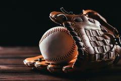 zakończenie widok białej skóry baseballa rękawiczka i piłka fotografia royalty free