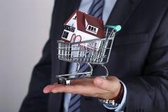 Zakończenie widok biznesowi man's wręcza mienia wózek na zakupy dowcip Obraz Stock