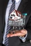 Zakończenie widok biznesowi man's wręcza mienia wózek na zakupy dowcip Fotografia Stock