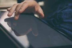 Zakończenie widok dotyka cyfrowego pastylka ekran męska ręka zamazujący tło Blogger używa mobilnego gadżet horyzontalny Fotografia Stock