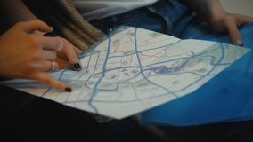 Zakończenie widok dwa młodego turysty kobieta i mężczyzna próbuje znajdować kierunek na mapie Przyjaciele bada nowego miasto zbiory wideo