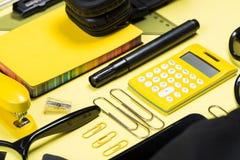 Zakończenie widok hełmofony, kalkulator i różnorodne szkolne dostawy, Obrazy Stock