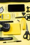 Zakończenie widok hełmofony, kalkulator i różnorodne szkolne dostawy, Obrazy Royalty Free