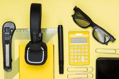 Zakończenie widok hełmofony, kalkulator i różnorodne szkolne dostawy, Obraz Royalty Free