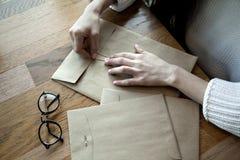 Zakończenie widok kobiet ręki z modnisiem odkrywa cukiernianego pobliskiego okno Obrazy Stock