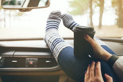 Zakończenie widok kobiet ręki z pięknym manicure'em trzyma filiżankę bierze oddaloną kawę Przestrzeni puste miejsce dla reklamy z Obrazy Stock