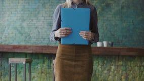 Zakończenie widok młoda blondynki kobieta trzyma dokumenty Kobieta kierownik pracuje w nowożytnym modnym biurze obrazy royalty free