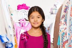 Zakończenie widok mała Azjatycka dziewczyna między odziewa fotografia stock