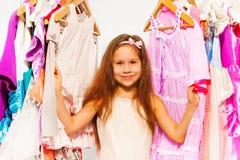 Zakończenie widok mały dziewczyny wybierać odziewa zdjęcie royalty free