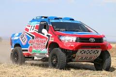 Zakończenie widok mknięcia błękita i czerwieni Toyota Hilux bliźniacza taksówka ral Zdjęcie Stock