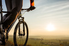 Zakończenie widok na cyklisty rowerzyście jedzie rower na sposobu widoku na tle wschód słońca spod spodu Fotografia Royalty Free