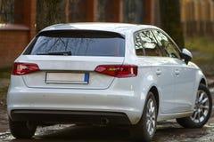 Zakończenie widok nowy nowożytny samochód parkujący na stronie stre zdjęcie royalty free