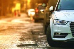 Zakończenie widok nowy nowożytny samochód parkujący na stronie stre obraz royalty free