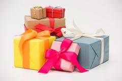 zakończenie widok różnorodni kolorowi prezentów pudełka odizolowywający na bielu Zdjęcia Royalty Free