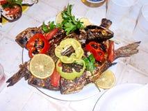 Zakończenie widok różnorodni naczynia od mięsa, ryba, smażył warzywa, gotowany rakowego i owoce morza przygotowywających dla lunc zdjęcia stock