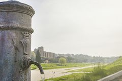 Zakończenie widok rzymska Nasone wody pitnej jawna fontanna zdjęcia royalty free