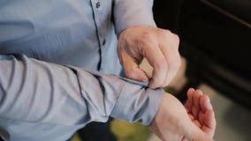 Zakończenie widok samiec ręki zapina koszula Mężczyzna tulenia mankieciki na koszula Biznesmen dostaje przygotowywający dla pracy zdjęcie wideo