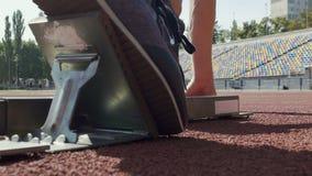 Zakończenie widok sportowiec pozycja na specjalnych footplates i początek bieg zbiory