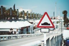 Zakończenie widok trójgraniasty prędkość garbka drogowy znak Obraz Stock