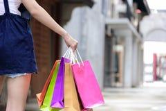 Zakończenie widoku azjatykcia dziewczyna mienia robi zakupy kolorowe torby z fotografia royalty free