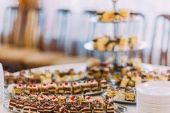 Zakończenie widoku kolekcja smakowita asortowana mini deserowa pozycja na stole w restauraci zdjęcia royalty free
