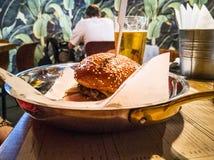 Zakończenie Wielki apetyczny hamburger fotografia stock