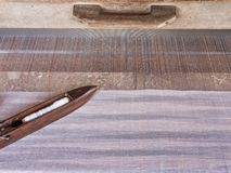 Zakończenie wizerunek stary drewniany wahadłowiec na domowej roboty niciach i tkactwa krosienku, tradycyjna tekstylna produkcja Obrazy Stock