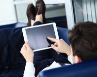 Zakończenie wizerunek urzędnik używa touchpad analizować zdjęcie royalty free
