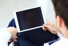 Zakończenie wizerunek urzędnik używa touchpad analizować zdjęcia stock