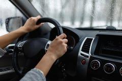 Zakończenie woman& x27; s ręka trzyma kierownicę Fotografia Stock