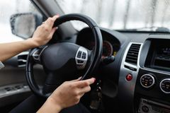 Zakończenie woman& x27; s ręka trzyma kierownicę Zdjęcie Stock
