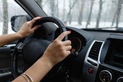 Zakończenie woman& x27; s ręka trzyma kierownicę Obraz Royalty Free