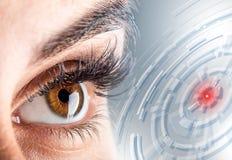 Zakończenie woman& x27; s oko piękny oka kobiety macro Nowy futurystyczny i technologia pojęcie Obrazy Stock
