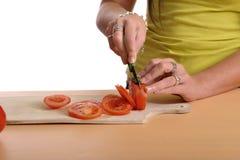 zakończenie wręcza w górę kobiety przecinanie pomidory Zdjęcie Stock