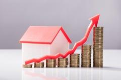 Zakończenie Wzrastający wykres monety I domu model obraz stock