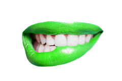 Zakończenie zęby gryźć zieloną wargę nad białym tłem Obrazy Stock