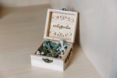 Zakończenie złociści pierścionki kłama w biżuterii pudełku ozdabiającym z hvoy gałąź, grawerować z ` Mr Bayard Rozcięcie i Mrs `  zdjęcia stock