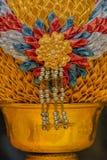 Zakończenie złota lotosowa taca z piedestał rzeźbą Obrazy Royalty Free