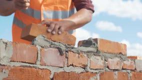 Zakończenie zamykający murarz pracuje na niebieskiego nieba tle zdjęcie wideo