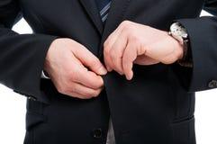 Zakończenie zapina jego kurtkę elegancki mężczyzna zdjęcie stock