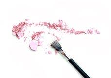 Zakończenie zdruzgotanego kopalnego shimmer proszka złoty kolor z makeup muśnięciem na białym tle Obrazy Royalty Free