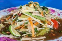Zakończenie, zielonego melonowa korzenny sałatkowy Tajlandzki styl na błękitnym tle Zdjęcia Stock