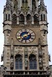 Zakończenia spojrzenie rathaus wierza zegar w Monachium, Niemcy Fotografia Royalty Free