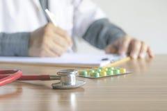 Zakończenia writing doktorski raport warunek pacjenci i dru Zdjęcia Stock