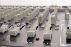 Zakończenie audio miesza deskowi suwaki Obrazy Stock