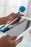 Zakończenie Doktorski na Cyfrowej pastylce Przy biurkiem z stetoskopem Hans Obraz Royalty Free