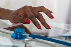 Zakończenie Doktorski na Cyfrowej pastylce Przy biurkiem z stetoskopem Hans Zdjęcie Royalty Free
